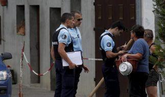 Französische Polizisten am Tatort: Ein toter Mann und zwei tote Frauen wurden in einem Auto entdeckt. (Foto)