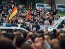 Freitaler demonstrieren für dem ehemaligen Hotel Leonardo. Unter ihnen: Silvio T. (Foto)