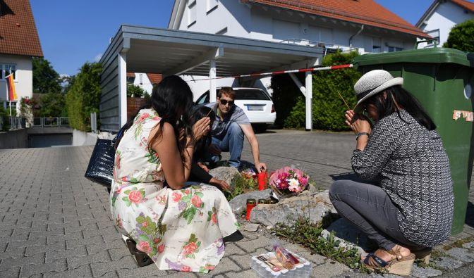 Freunde und Bekannte beten in Unterschach bei Ravensburg (Baden-Württemberg) vor dem Haus, in dem ein Mann seine Frau und deren beide Töchter erschlagen haben soll. (Foto)