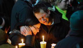 Freunde und Verwandte der Opfer sind in tiefer Trauer vereint. (Foto)