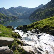 Frische Bergluft und glasklares Wasser, wie hier am Lucendrosee - Wanderer können ab sofort auf dem neuen Vier-Quellen-Weg in der Schweiz die Quellen von Rhein, Rhone und Co. erkunden.