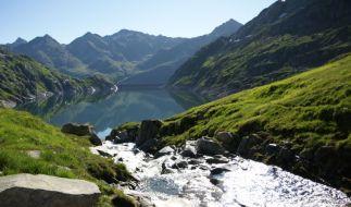 Frische Bergluft und glasklares Wasser, wie hier am Lucendrosee - Wanderer können ab sofort auf dem neuen Vier-Quellen-Weg in der Schweiz die Quellen von Rhein, Rhone und Co. erkunden. (Foto)