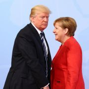 Frostige Stimmung: Bundeskanzlerin Angela Merkel begrüßt Donald Trump.