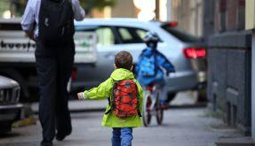 Junge kurvt mit Auto durchs Dorf