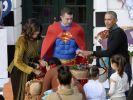 Für das verteilen der Süßigkeiten erhielten Barack und Michelle Obama prominente Unterstützung durch Superman. (Foto)