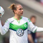 Fußball DFB-Pokal Frauen Finale: SC Sand - VfL Wolfsburg am 21.05.2016 im RheinEnergieStadion in Köln. Wolfsburgs Babett Peter beim Einwurf. (Foto)
