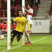 Fußball DFB-Pokal Viertelfinale: VfB Stuttgart - Borussia Dortmund. Stuttgarts Lukas Rupp kann das Tor von Dortmunds Henrikh Mkhitaryan zum 3:1-Endstand nicht verhindern. (Foto)