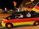 Fußball-Fans feiern auf den Straßen - viele Autokorsos (Foto)
