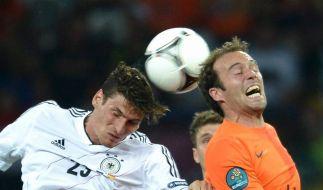 Fußball statt Krieg: Mario Gomez und Joris Mathijsen kämpfen bei der EM 2012 mit Schweiß und Schmerzen. (Foto)