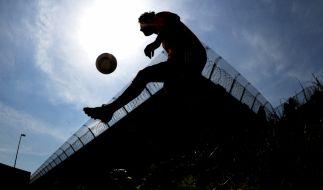 Fußball hinter Stacheldraht: Im Gefägnis gibt es meterhohe Mauern statt Zuschauertribünen. (Foto)