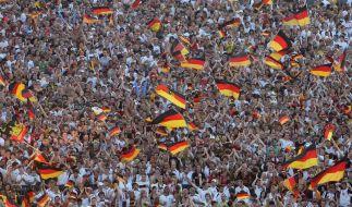 Fußballfähnchen fliegen wieder zu Tausenden auf die Straßen (Foto)