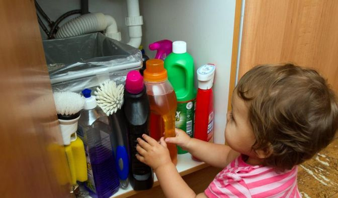 Gefahrenquelle Haushalt - Was bei einer Vergiftung zu tun ist (Foto)