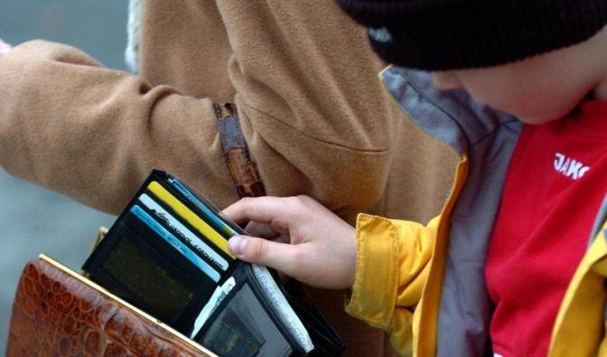 Gegen Diebe: Tasche falsch herum tragen (Foto)