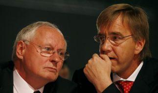 Gegenspieler: Linke-Parteichef Oskar Lafontaine (li.) und Bundesgeschaeftsführer Dietmar Bartsch. (Foto)