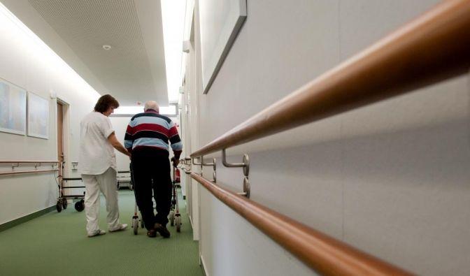 Gegenwärtig sind laut Gesundheitsminister Daniel Bahr 2,4 Millionen Menschen pflegebedürftig. (Foto)
