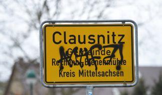 Gegner eines neuen Asylbewerberheims hatten am Donnerstag (18.02.) versucht, die Ankunft der ersten Bewohner zu blockieren. (Foto)
