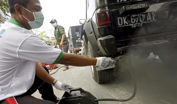 Geländewagen beim Auspuff-Test (Foto)