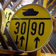"""Gelbe """"Panzerschilder"""" standen jahrzehntelang vor fast jeder Brücke im Westen Deutschlands. Sie enthalten getrennte Hinweise für das Befahren der Brücke im Ein-Richtungs-Verkehr. (Foto)"""