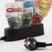 Geld sparen mit wenig Aufwand - ein Stromanbieterwechsel entlastet die Haushaltskasse.