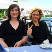 Gemeinsam mit ihrer Freundin Michaela stellt Farah Sehenswürdigkeiten vor.