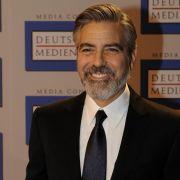 George Clooney hat gut lachen und einen Bart, mit dem er Frauenherzen schmelzen lässt.