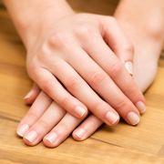 Gepflegte Fingernägel sind das A und O - aber nicht alle Schönheitsmakel lassen sich einfach wegfeilen. (Foto)