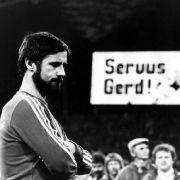 Gerd Müller (l.) an dem Abend, an dem er seine sportliche Karriere beendete. (Foto)