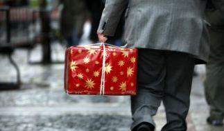 Geschenke gehören für viele zu Weihnachten dazu - das ist gut für die Konjunktur. (Foto)