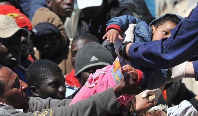 Gibt es bald mehr Geld für Asylbewerber? Dieses Foto zeigt Flüchtlinge aus Nordafrika. (Foto)