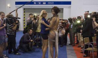 Gina-Lisa Lohfink und Micaela Schäfer sind nach GNTM beste Busenfreundinnen: Gemeinsam halten sie als Botschafterinnen der Erotikmesse Venus ihre Brüste und Hintern in die Fotokameras. (Foto)