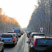 Glatteis und Stau im Winter: Wer nicht zu spät zur Arbeit kommen will, sollte mehr Zeit einplanen. (Foto)