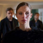 Gleichzeitig sehr gefasst und sehr ergriffen ist Anna Krist (Julia Jäger) als Kai Perlmann (Sebastian Bezzel, links) und Matteo Lüthi (Roland Koch) ihr die Nachricht von der Ermordung ihres Mannes bringen. (Foto)