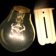 Glühbirne contra Energiesparlampe - auch Nostalgiker sollten inzwischen von den Vorteilen des energiesparenden Leuchtmittels überzeugt sein.