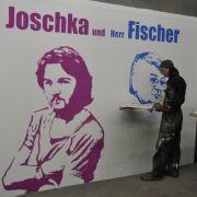 Während der 50-jährige Österreicher den beiden Portraits des früheren deutschen Außenministers Fischer klare Konturen gibt ...