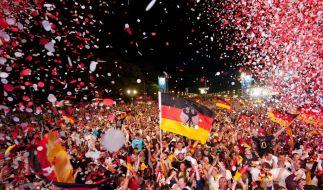 Gomez lässt den Tiergarten hüpfen - 400 000 Fans auf Jubel-Meile (Foto)
