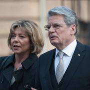 Der große Tag: Joachim Gauck und seine Lebensgefährtin Daniela Schadt auf dem Weg zum Gottesdienst vor der Wahl.