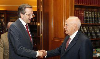 Griechenlands Präsident, Karolos Papoulia (rechts), erteilt dem Chef der konservativen Nea Dimokratia, Antonis Samaras den Auftrag zur Regierungsbildung. (Foto)
