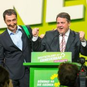 Grünen-Co-Chef Cem Özdemir (l) und SPD-Parteichef Sigmar Gabriel demonstrieren Zuversicht.