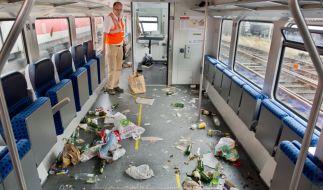 Günter Brockhagen, Securitymanager der DB Regio, in einem verwüsteten Abteil eines Regionalzuges der Deutschen Bahn in Braunschweig. (Foto)