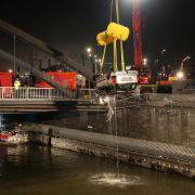 Auto in die Elbe gestürzt - Beifahrer tot (†20) (Foto)