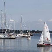 Der Stralsunder Hafen ist im Sommer Tummelplatz für Sportbootkapitäne - und das Tor zur Insel Rügen.