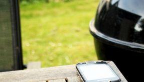 Handy aufladen ganz ohne Steckdose - das Hottips Solarladegerät macht's möglich. (Foto)