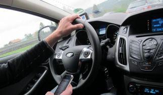 Handy und Smartphone sicher im Auto benutzen (Foto)