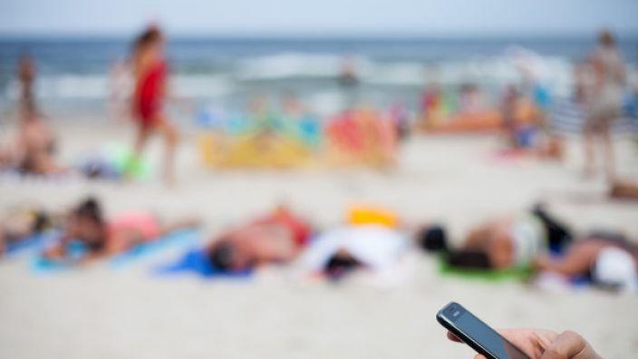 Handynutzer sollen bei Reisen in andere EU-Länder vom 15. Juni 2017 an ohne zusätzliche Gebühren telefonieren, SMS senden oder im Netz surfen können. (Foto)