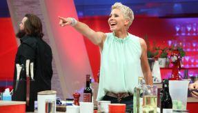 internet jaehrige blondine startet nackt kochshow online