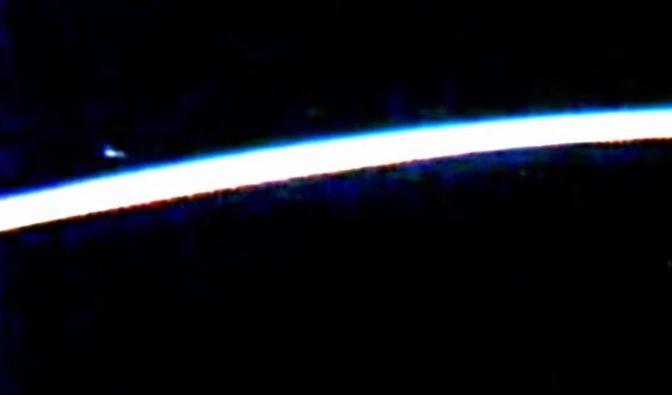 Fliegt hier etwa ein Ufo an der ISS vorbei? (Foto)