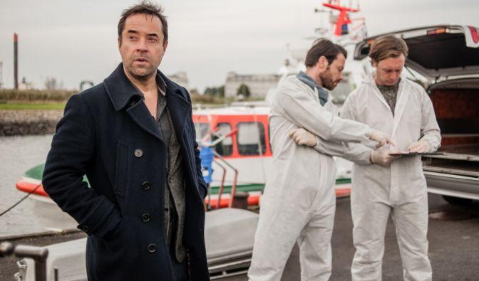 Hauptkommissar Holzer (Jan Josef Liefers, l.) nimmt im Hafen von Wilhelmshaven die Ermittlungen auf. (Foto)