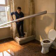 Havarie! Stefan versucht, das Unglück im Bad allein zu bewältigen. (Foto)