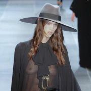Hedi Slimane hat zum ersten Mal eine Kollektion für Yves Saint Laurent kreiiert.
