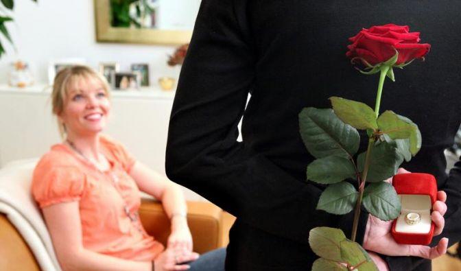 Heiratsantrag nach wenigen Wochen Beziehung? Für viele geht das zu schnell. (Foto)